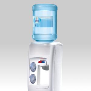 Prueba gratuita de agua mineral natural en fuentes de agua.